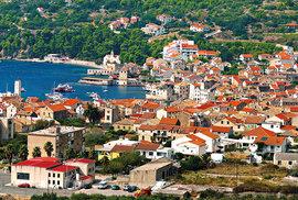 Komiža bývala po staletí rybářskou velmocí Jadranu. Její zátoka se otevírá přímo na širé moře, takže měli rybáři při svých závodech o kotviště na Palagruže snadný start.