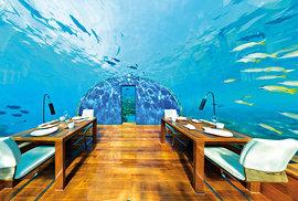 Maledivy, první podmořská restaurace na světě. Za příplatek 12 000 dolarů vám tu připraví i pokoj.