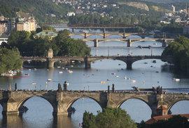 Výhled ze zahrad Kramářovy vily na pražské mosty. Z nejlepšího msíta je jich vidět deset - od Štvanice po železniční most na Smíchově.