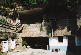 Pozoruhodná obydlí vydlabaná do skály v obci Brhlovce