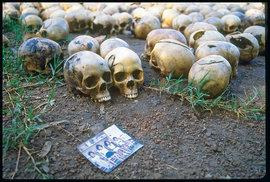 Přesný počet obětí genocidy zroku 1994 nelze zjistit, střízlivé odhady uvádějí 800 tisíc. Vdevítimilionové zemi každý někoho ztratil. Pro dnešní děti je to však už jen kapitola vučebnici dějepisu.
