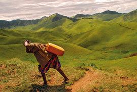 Nutnost nanosit vodu pro domácnost bývala jednou z příčin, proč dívky veRwandě nechodily doškoly. Vposledních pěti letech je poměr mezi dívkami achlapci vyrovnaný, přesto základní školu dokončí více chlapců.