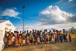 Do Rwandy se nyní přesunulo 85 tisíc uprchlíků ze sousedního Burundi. UNICEF vtáboře Mahama rozvíjí programy zaměřené navodu, očkování adistribuci odčervovacích tablet, aby se zabránilo šíření infekčních nemocí.