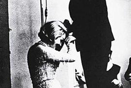 Marlene Dietrich poklekající před ruským spisovatelem Paustovským