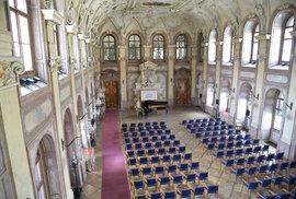 Hlavní sál ve Valdštejnském paláci. Konala se zde ustavující schůze Senátu a zasedání první dva roky