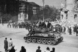 Rudoarmějci na tanku přijíždějí na Václavské náměstí, květen 1945.