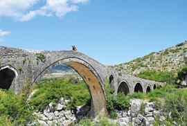 Ura e Mesit – Most uprostřed. VAlbánii dosud stojí několik mostů stímto názvem. Zde se  setkávali lidé zrůzných osad aobchodovali. Tento nechal postavit nakonci 18. století Kara Mahmoud, který se stal pašou zpověření otomanské vlády.