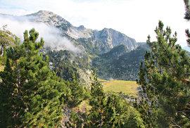 Horské štíty opuštěných hor se svažují do pohádkových údolí. Místo pro vytoužené tábořiště je na dosah. Planina je v letním období dočasně obydlena pastevci.