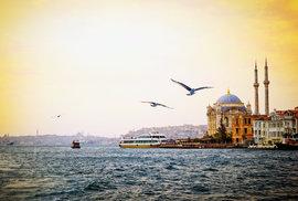Pěkný výhled zhladiny průlivu je inajednu znejkrásnějších mešit vIstanbulu, mešitu Ortaköy.