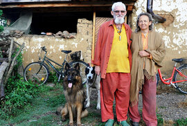 Ojedinělá fotoreportáž: Německá sekta koupila opuštěnou vesnici v Bulharsku, žije bez…