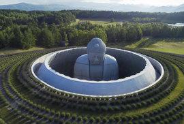 Nejoriginálnější hřbitov mají na japonském ostrově Hokkaidó – v moři levandulí je obří Buddha