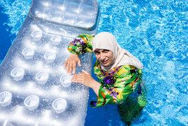 Švýcarská Ženeva zakázala ve všech městských bazénech burkiny, ale i koupání nahoře bez