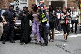 Do lidí v Charlottesville najelo auto, městem pochoduje krajní pravice