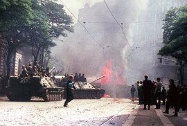 Když v Praze hořely tanky. Podívejte se na barevné fotky sovětské okupace, které jinde neuvidíte