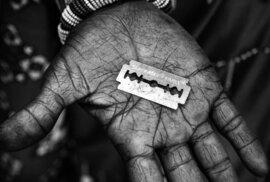 Mrazivá fotoreportáž: Příběh jedné ženské obřízky