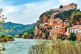 Řeka Ebro anaskále půvabná obec Miravet