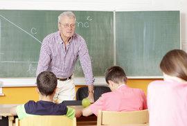 Učitelé dostanou od listopadu přidáno, stejně tak zaměstnanci ve státní správě