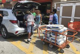 Hurikán Irma míří na Floridu, lidé kupují zásoby a staví hráze.