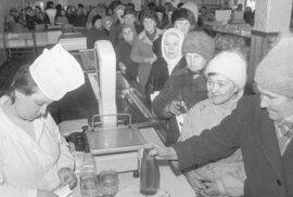 Socialistický fenomén fronta: Čekalo se na všechno. Na základní potraviny i na oblečení