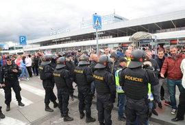 Těžkooděnci na letišti: Pokračuje válka taxikářů proti řidičům služby Uber