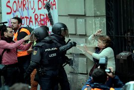Španělská ostuda: Brutální bití voličů v Katalánsku dalo separatistům do ruky zbraň…