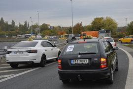 Na protestující taxikáře dohlížely desítky policistů.