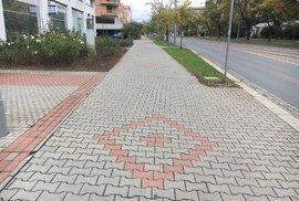Je chodník levicový, nebo pravicový?
