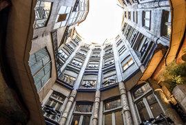 Gaudího Casa Mila. Zde se odehraje jedna z nejakčnějších scén románu - právě v tomto vnitrobloku...