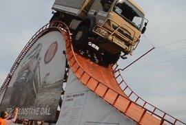 Češi drží šílený světový rekord. Podívejte se, jak si Tatra poradila s obří překážkou