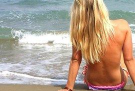 Eva Puskarčíková se nebojí na dovolené odhodit nejen kombinézu, ale i vrchní díl plavek.