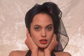 Angelina Jolie v šestnácti letech.