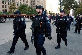 Útok na Manhattanu: Náklaďák smetl cyklisty a školní autobus. Pak přišla palba