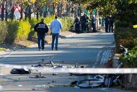 Útočník v New Yorku usmrtil osm lidí a dalších 12 zranil.
