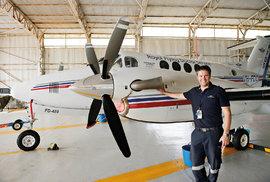 Pilot odLétajících doktorů byl už fotografován mnohokrát asvůj postoj měl dobře naučený