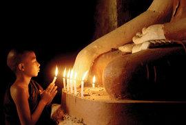 Mladý mnich při modlitbě