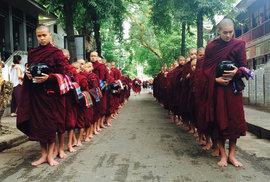 Mladí mniši čekají na svou porci rýže k obědu