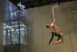 La Putyka: V představení Honey se sešli novocirkusáci s herci Dejvického divadla
