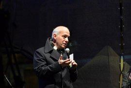 Pavel Fischer na Václavském náměstí, 17. listopadu 2017. Jako bývalého spolupracovníka Václava Havla organizátoři na pódium Fischera pustili. Horáčka ne