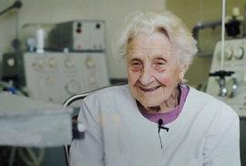 V devadesáti operovat pacienty čtyřikrát týdně? Žádný problém. Podívejte se na nejstarší doktorku na světě