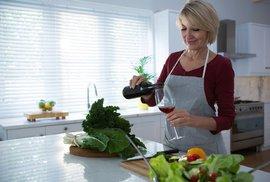 Víno na uvolnění či panák na kuráž? Vědci zjistili, jak různé druhy alkoholu ovlivňují…