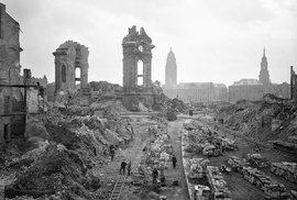 Spojenecký útok v únoru 1945 Drážďany témeř zcela zničil. Obnova města trvala sedmdesát let.