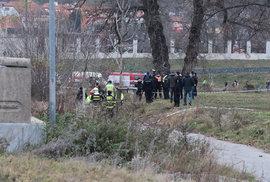 Lávka v pražské Troji se zřítila do Vltavy. Na místě jsou zranění.