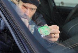 Návod nejen pro řidiče: Jak spolehlivě odstranit starou dálniční známku z auta
