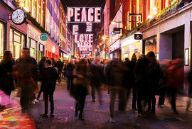 Carnaby Street je plná obchůdků a restaurací
