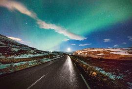 """Cesta k Mývatnu, """"Komářímu jezeru"""", s měsícem a polární září, severovýchod ostrova"""