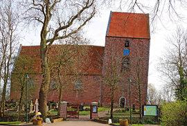 Kostelík v Suurhusenu je díky své šikmé věži zapsán v Guinnessově knize rekordů