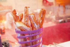 Tradiční nedělní španělská snídaně? Tyčinky churros namáčené v čokoládě!