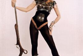 JANE FONDOVÁ natočila několik nezapomenutelných filmů: Dívka ze Západu. Bosé nohy vparku. Barbarella (nasnímku). Koně se také střílejí. Elektrický jezdec.  Má dva Oscary zafilmy Klute aNávrat domů.