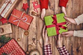 Vánoční loupež: Zloději se vloupali do domu, ukradli vánoční dárky za desetitisíce. Rozbalili je ještě na útěku