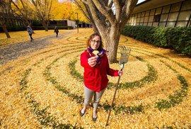 Američanka se kvůli hrabání listí stala hvězdou médií po celém světě
